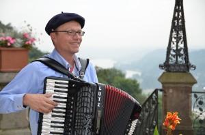 Ein herrlicher Blick ins Rheintal, beschwingte Musik und gut gelaunte Gäste - was will man mehr?!