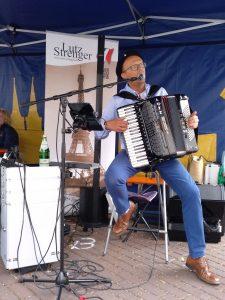 Französische Akkordeonmusik bei 'Klein Mont-Martre' in Xanten mit Lutz Strenger